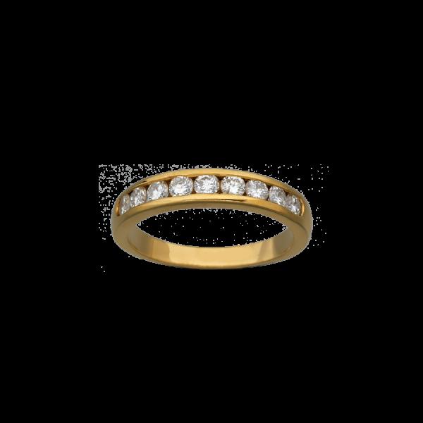 Alliance en or jaune 18 carats et demi-pavée de 9 diamants de taille brillant. La sertissure est de type serti rail.