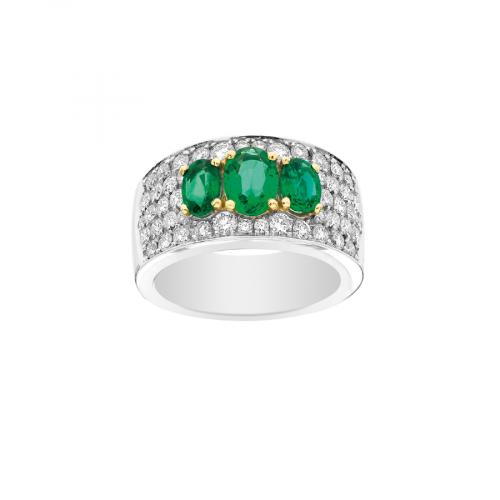 Bague bandeau en or blanc 18 carats avec un pavage diamants et trois émeraudes.