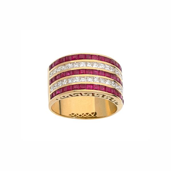 Bague bandeau en or jaune 18 carats avec deux rangs de pavage en diamants, alternés de trois rangs de rubis calibrés.