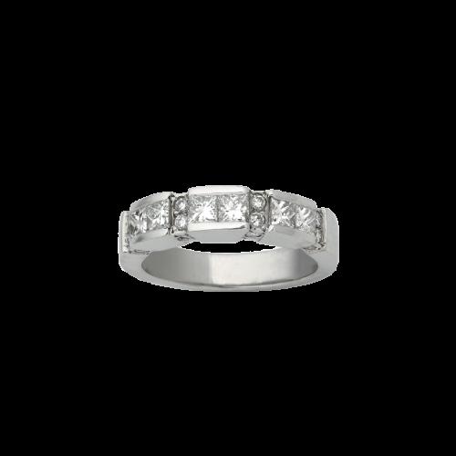 Bague alliance en or blanc 18 carats, avec des diamants de taille brillant en serti grains, en alternance avec des diamants de taille princesse en serti rail