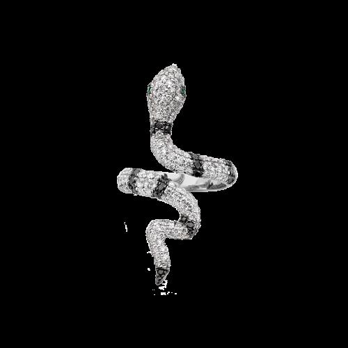Bague serpent en or blanc avec un pavage de diamants blancs, diamants noirs et deux émeraudes. Le corps de bague est en or blanc 18 carats.