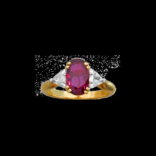 Bague en or jaune 18 carats et platine sertie d'un rubis ovale entouré de deux diamants triangles.