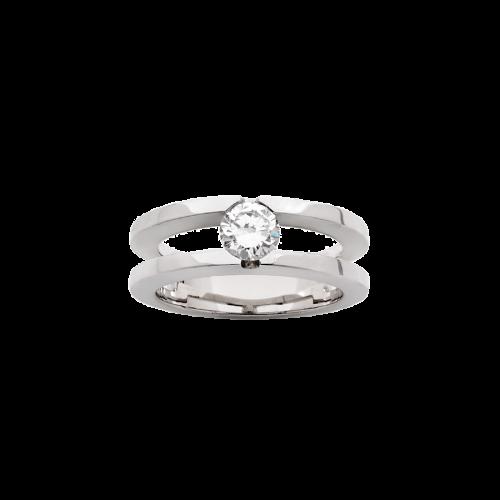 Bague double anneau en or blanc sertie d'un diamant de taille brillant.