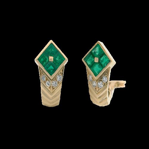Boucles d'oreilles dormeuses clips en or jaune 18 carats. Chaque boucle d'oreille est sertie de 4 émeraudes calibrées, et de diamants taille brillant, serti grain.