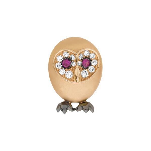 Broche en forme de Chouette en or rose 18 carats. Les yeux sont des Rubis, serti grains en rhodiage noir. Le contour des yeux est pavé de diamants de taille brillant. Les serres de la chouette sont en or rhodié noir.