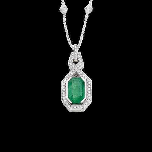 Pendentif Art Déco en or blanc 18 carats serti d'une émeraude rectangulaire à pans coupés et d'un pavage diamants taille brillant.