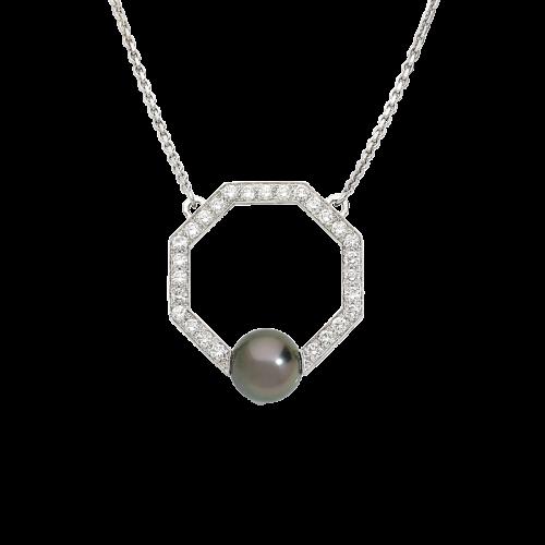 Pendentif Art Déco octogonal en or blanc 18 carats sur chaine forcat serti d'une perle grise de Tahiti et d'un pavage de diamants taille brillant.