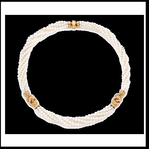 Collier de perles de culture. Les perles ont un diamètre de 3,2 à 3,4 mm, et sont enfilées sur 5 rangs torsadés. L'ensemble est orné de deux liens en or jaune pavés de diamants, avec un serti grain. Le fermoir est en or jaune.