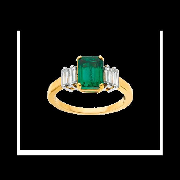 Bague en or jaune 18 carats et platine sertie d'une émeraude rectangulaire à pans coupés entourée de diamants baguettes.