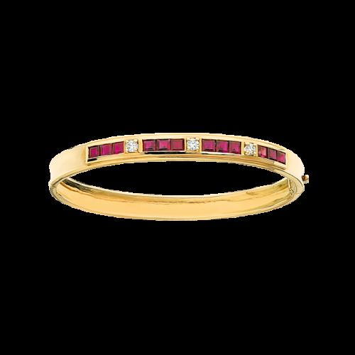 Bracelet jonc en or jaune, avec 12 rubis sertis par trois en serti rail, séparés par 3 diamants de taille brillant en serti griffes.