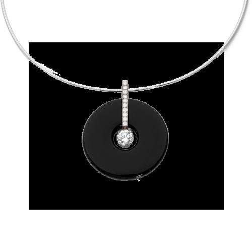 Pendentif disque en onyx avec une barette en or blanc 18 carats sertie de diamants brillants et d'un diamant central taille brillant.