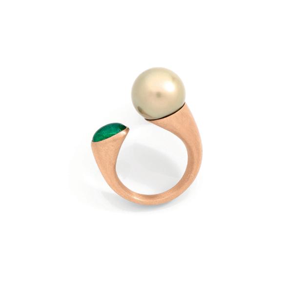 Bague ouverte d'inspiration surréaliste en or rose brossé 18 carats sertie d'une émeraude cabochon et d'une perle couleur champagne.