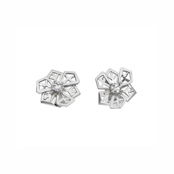 """Paire de boucles d'oreilles """"Fleurs de cristal"""" en or blanc 18 carats serties de deux diamants tailles brillants."""