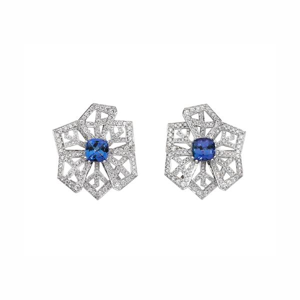 """Paire de boucles d'oreilles """"fleurs de cristal"""" en or blanc 18 carats, serties de tanzanite taille coussin et d'un pavage diamants."""