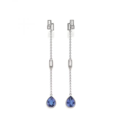 Boucles d'oreilles pendantes en or blanc 18 carats serties de 2 tanzanites poires accompagnées de diamants baguettes.