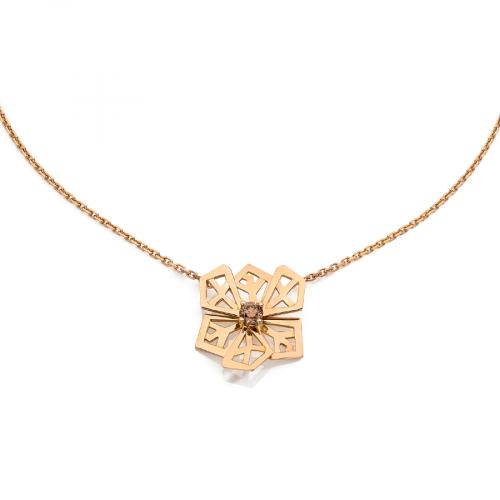 """Pendentif """"Fleur de Cristal"""" sur chaine en maille forçat limée en or rose 18 carats serti d'un diamant chocolat taille brillant."""