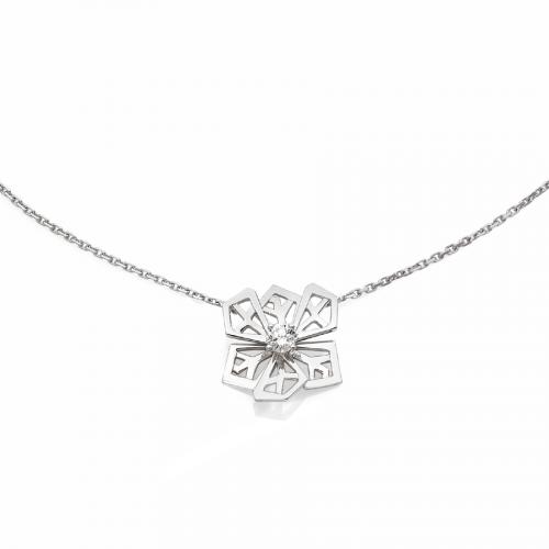 """Pendentif """"Fleur de Cristal"""" sur chaine en maille forçat limée en or blanc 18 carats serti d'un diamant taille brillant."""