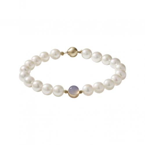 Bracelet de vingt perles Akoya de 7,5 millimètres de diamètre, avec au centre une demi-boule en or jaune brossé sertie d'un cabochon rond de calcédoine bleue.