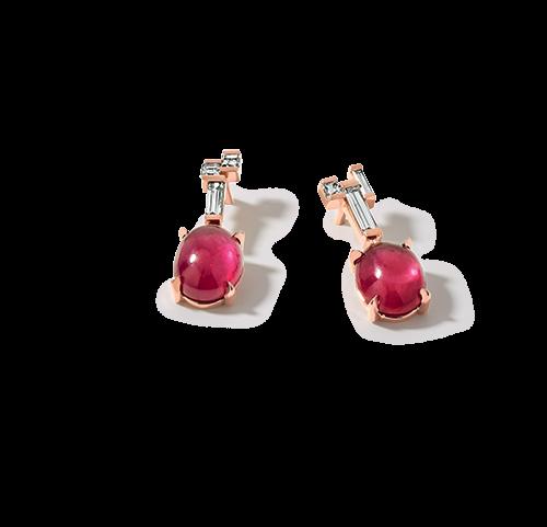 Boucles d'oreilles en or rose 18 carats , rubis et diamants. Chaque boucle d'oreilles comporte un cabochon rubis serti de griffes, et des diamants taille baguette sertis en demi-clos.