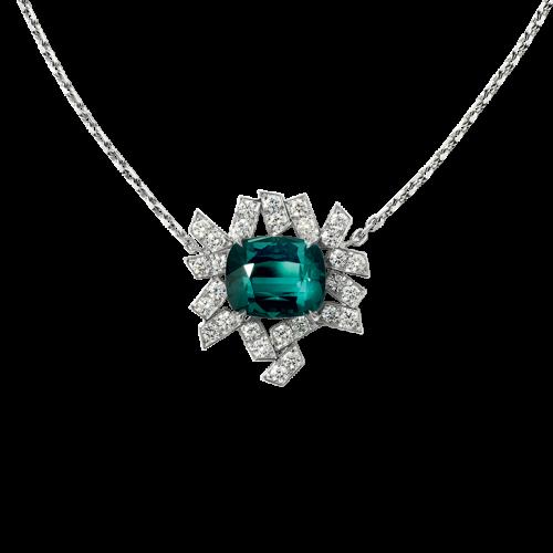 Pendentif «Eclat de Givre» en or blanc palladié18 carats serti d'une tourmaline indigolite de taille coussin entourée de motifs pavés de diamants,sur unechaine maille forçat limée intégrant 6 motifs pavés de diamants et de tourmalines bleu/vert.