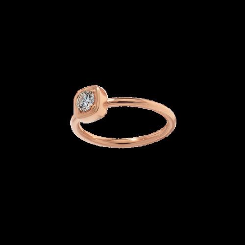 Bague en or rose 18 carats avec un motif coussin serti d'un diamant de taille brillant.