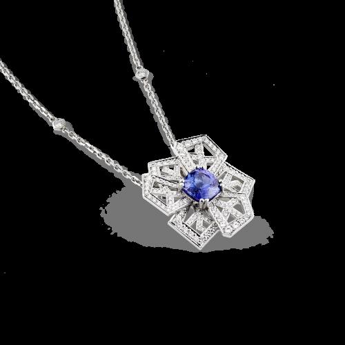 """Pendentif """"fleur de cristal"""" en or blanc 18 carats avec un cœur serti d'une tanzanite taille coussin et des pétales pavés de diamants."""