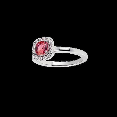 Bague entourage en or blanc 18 carats sertie d'un spinelle rouge rosé taille coussin entouré d'un pavage diamants.