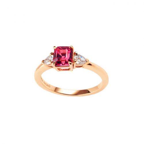Bague console en or rose 18 carats, sertie d'un spinelle framboise entouré de deux diamants poires.