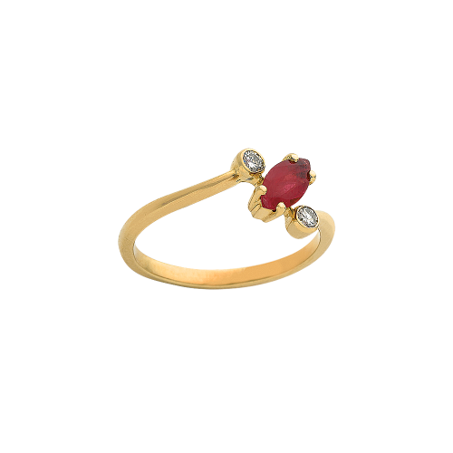 Bague en or jaune 18 carats sertie d'un rubis taille navette entouré de deux diamants taille brillant.