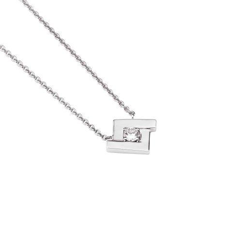 Le pendentif en or blanc 18 carats, est composé du motif iconique, le losange, serti en son centre d'un diamant taille brillant