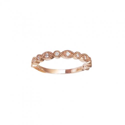 Bague en or rose avec une alternance de motifs ronds et navettes à la finition perlée, sertis de diamants.