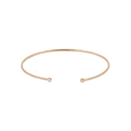Ce bracelet jonc rigide ouvert est en or rose 18 carats massif. Il s'enroule facilement autour du poignet et s'adapte à quasiment tous les poignets. Il est serti de 2 diamants de taille brillant à chaque extrémité ce qui lui donne une pointe de lumière ravissante. Le poids des diamants est de 0.06 carat. Le poids d'or est de 4.20 grammes. Ce bracelet se porte au quotidien, aussi bien seul qu'accompagné du même bracelet en or jaune ou en or blanc. Référence BPLA3025.
